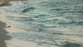 Sluit omhoog van overzeese golven op zandig strand stock video
