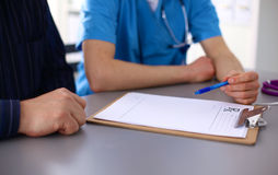 Sluit omhoog van patiënt en arts die nota's nemen Stock Fotografie