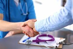 Sluit omhoog van patiënt en arts die nota's nemen Stock Foto