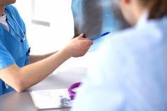 Sluit omhoog van patiënt en arts die nota's nemen Royalty-vrije Stock Fotografie