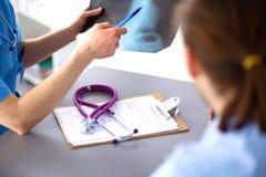 Sluit omhoog van patiënt en arts die nota's nemen Royalty-vrije Stock Foto's