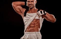 Sluit omhoog van perfect mannelijk lichaam op zwarte achtergrond met royalty-vrije stock afbeelding