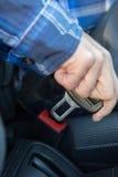 Sluit omhoog van Person In Car Fastening Seat-Riem stock afbeelding