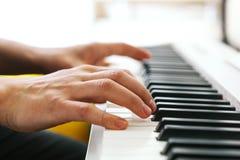 Sluit omhoog van pianistenhand het spelen piano Ondiep diep van gebied stock afbeelding