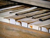 Sluit omhoog van pianosleutels van een rechte antiquiteit gebroken rustieke piano in openlucht in de woestijn van Arizona stock foto's
