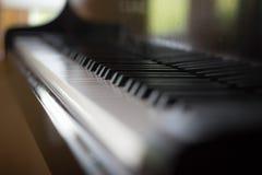 Sluit omhoog van pianotoetsenbord Stock Foto