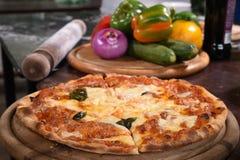 Sluit omhoog van pizza en ingrediënten Royalty-vrije Stock Foto