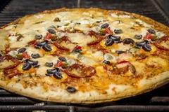 Sluit omhoog van pizza op de grill Royalty-vrije Stock Foto