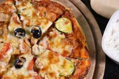 Sluit omhoog van pizza op houten raad Royalty-vrije Stock Fotografie