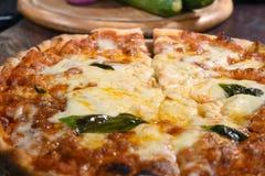 Sluit omhoog van pizza op houten raad Stock Fotografie