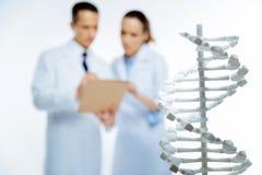Sluit omhoog van plastic driedimensioneel model van DNA Royalty-vrije Stock Foto