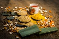 Sluit omhoog van poeder en deeg i van kruiden e mulpanimitti, vollersaarde, droge sinaasappelschil, nam bladeren met zijn gehaald stock foto