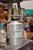 Sluit omhoog van retro container van het metaal tiffin voedsel Stock Foto