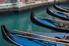 Sluit omhoog van Rij van Gondels in Venetië, Italië Stock Foto