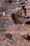 Sluit omhoog van roestig stuk van ijzerhoogtepunt van gaten Stock Fotografie