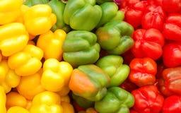 Sluit omhoog van rood, geel en groene paprika's Stock Afbeeldingen