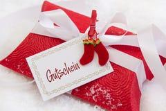Sluit omhoog van rood Kerstmis huidig vakje met Duitse teksten voor een cou royalty-vrije stock afbeelding