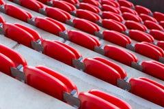 Sluit omhoog van rood opgevouwen zetels van erachter Stock Fotografie