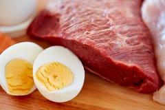 Sluit omhoog van rood vleesfilets en gekookte eieren Royalty-vrije Stock Afbeelding