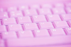 Sluit omhoog van roze computertoetsenbord Stock Foto's