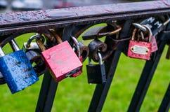 Sluit omhoog van Roze Hangslot op de metaalbalustrade op de brug a Royalty-vrije Stock Afbeeldingen