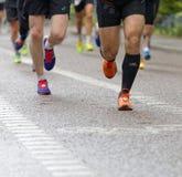 Sluit omhoog van roze loopschoenen en DE-fucused schoenen en benen beh Stock Foto