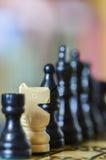 Sluit omhoog van schaakstukken met rassenconcept Royalty-vrije Stock Foto