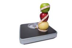 Sluit omhoog van schaal, stapel van fruit en band Stock Fotografie
