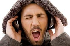 Sluit omhoog van schreeuwend mannetje dat aan muziek luistert Royalty-vrije Stock Foto's