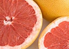 Sluit omhoog van secties van grapefruit Stock Foto's