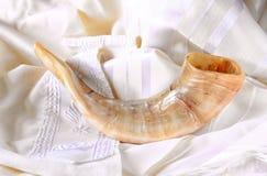 Sluit omhoog van shofar (hoorn) op wit gebed talit Zaal voor tekst rosh hashanah (Joodse vakantie) concept traditionele vakanties stock foto's