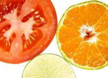 Sluit omhoog van sinaasappel, tomaat en citroen op witte achtergrond Royalty-vrije Stock Foto's