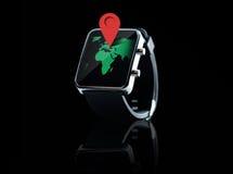 Sluit omhoog van slim horloge met de projectie van de wereldkaart Stock Afbeelding