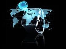 Sluit omhoog van slim horloge met de projectie van de wereldkaart Royalty-vrije Stock Afbeeldingen