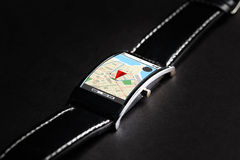 Sluit omhoog van slim horloge met gps navigatorkaart Royalty-vrije Stock Foto