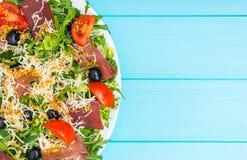 Sluit omhoog van smakelijke salade met droog vlees, jamon, geraspte chee royalty-vrije stock foto