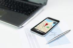 Sluit omhoog van smartphone met gps navigatorkaart Stock Foto