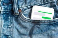 Sluit omhoog van smartphone vooraan zak op broek Schrijf uw  Stock Foto