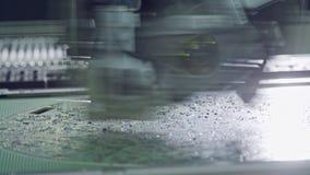 Sluit omhoog van smtmachine plaatsend componenten op een kringsraad stock video