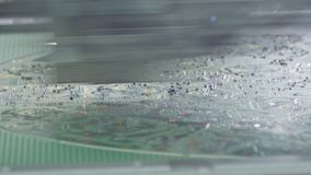 Sluit omhoog van smtmachine plaatsend componenten op een kringsraad stock footage