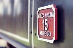 Sluit omhoog van snelheidsteken op de oude motor van de spoorwegstoom Stock Fotografie