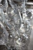 sluit omhoog van sommige lege koppen van de glaswijn op zilveren dienblad zeer schone klaar om bij een restaurant in een partij w stock fotografie