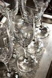 sluit omhoog van sommige lege koppen van de glaswijn op zilveren dienblad zeer schone klaar om bij een restaurant in een partij w royalty-vrije stock foto's