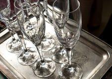 sluit omhoog van sommige lege koppen van de glaswijn op zilveren dienblad zeer schone klaar om bij een restaurant in een partij w royalty-vrije stock fotografie