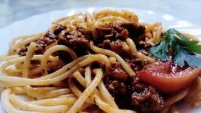 Sluit omhoog van spaghetti met bolognese saus stock foto's