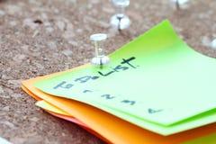 Sluit omhoog van speld en om lijstwoord op kleverige nota te doen Stock Afbeelding