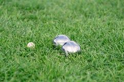 Sluit omhoog van staal of metaal boule ballen op het groene gazon Royalty-vrije Stock Foto's