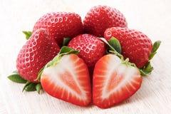 Sluit omhoog van stapel van verse rijpe aardbeien Royalty-vrije Stock Foto