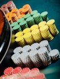 Sluit omhoog van stapels van spaanders dichtbij de roulette Royalty-vrije Stock Foto's