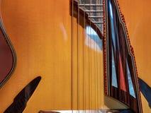 Sluit omhoog van steken op een overladen gitaar met diverse ontwerpen op w stock foto's